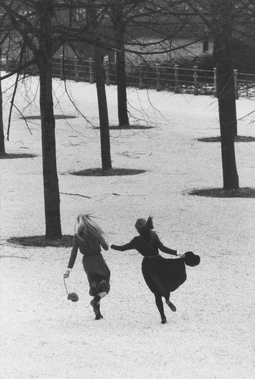 @Mary Vdh - I wish this was a pic of us! :) (Lustgarten in Berlin by Sibylle Bergemann, 1982)