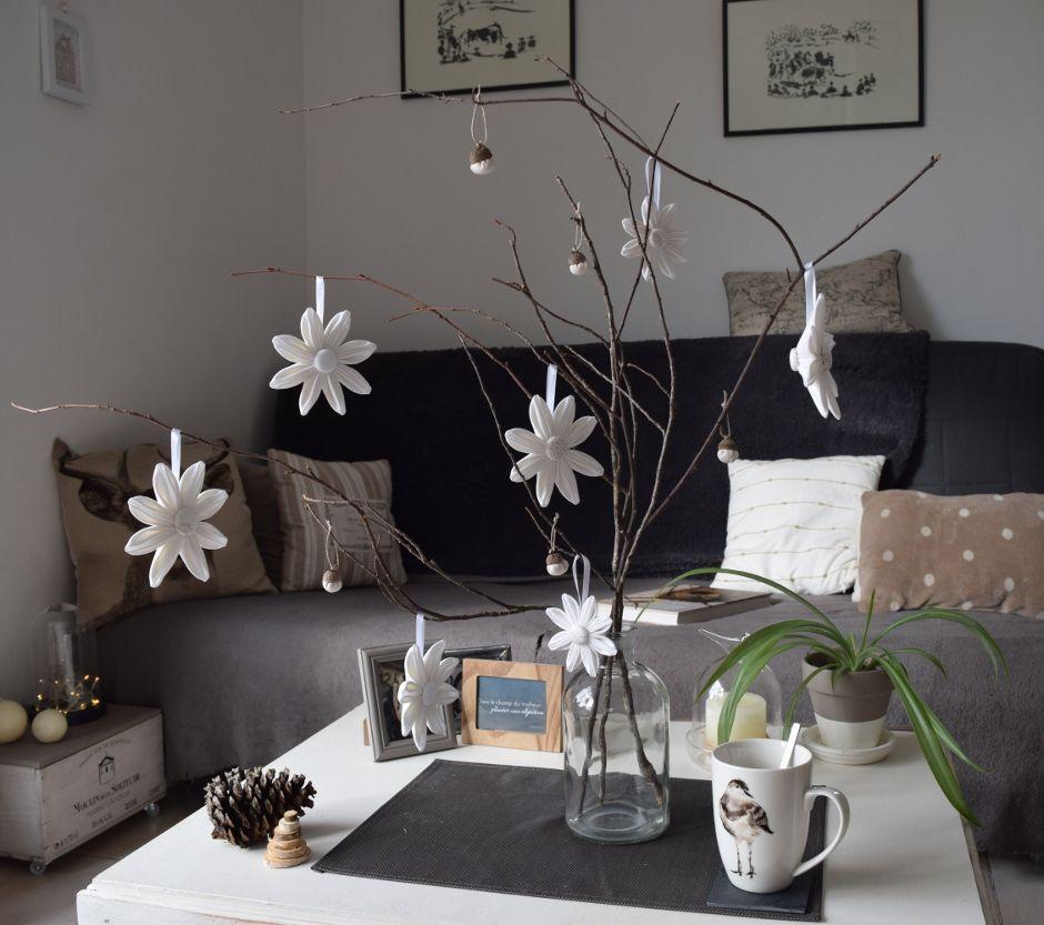 Décoration de table style scandinave : fleurs à suspendre couleurs blanches. Idéales pour un centre de table épuré, naturel, simple et chic !