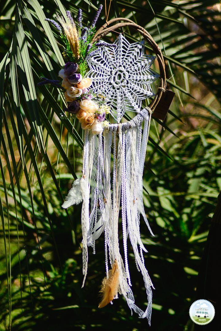 Mandala LUZ  Uma mandala que representa muita luz espiritual, que abre os caminhos, cheia de energia positiva, suave, delicada e com muito amor, particularmente com um valor sentimental insubstituível. Feita com arco de cipó, rústico, crochê, flores, fitas, fios e penas brancas e marrom claro.  White Dream Catcher Large Dreamcatcher Crochet Doily Dreamcatcher boho dreamcatchers wall hanging wall decor wedding decor