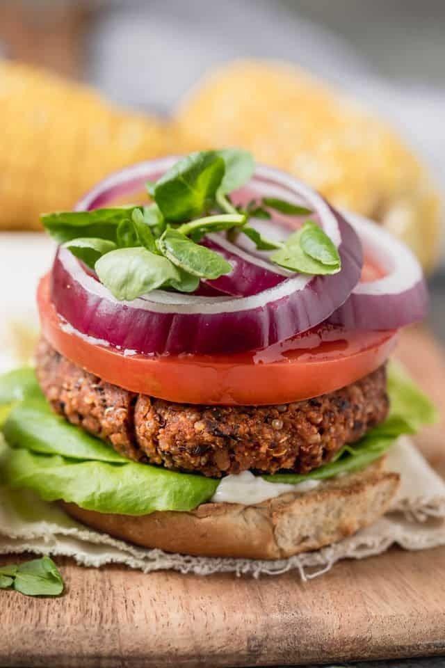 Quinoa Burger Dieses vegane Quinoa Burger Rezept ist einfach, gesund und voller Eiweiß.Es ist keine...