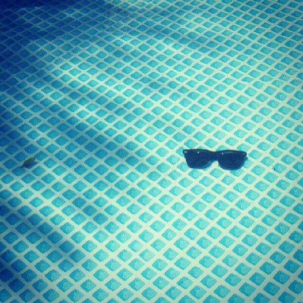 No fundo da piscina...