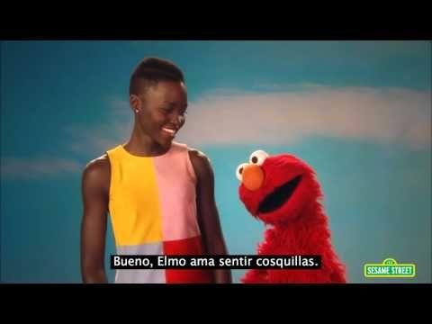 Mira la forma en que Lupita le explica a Elmo la manera correcta de señalar el color de la piel de alguien | Upsocl