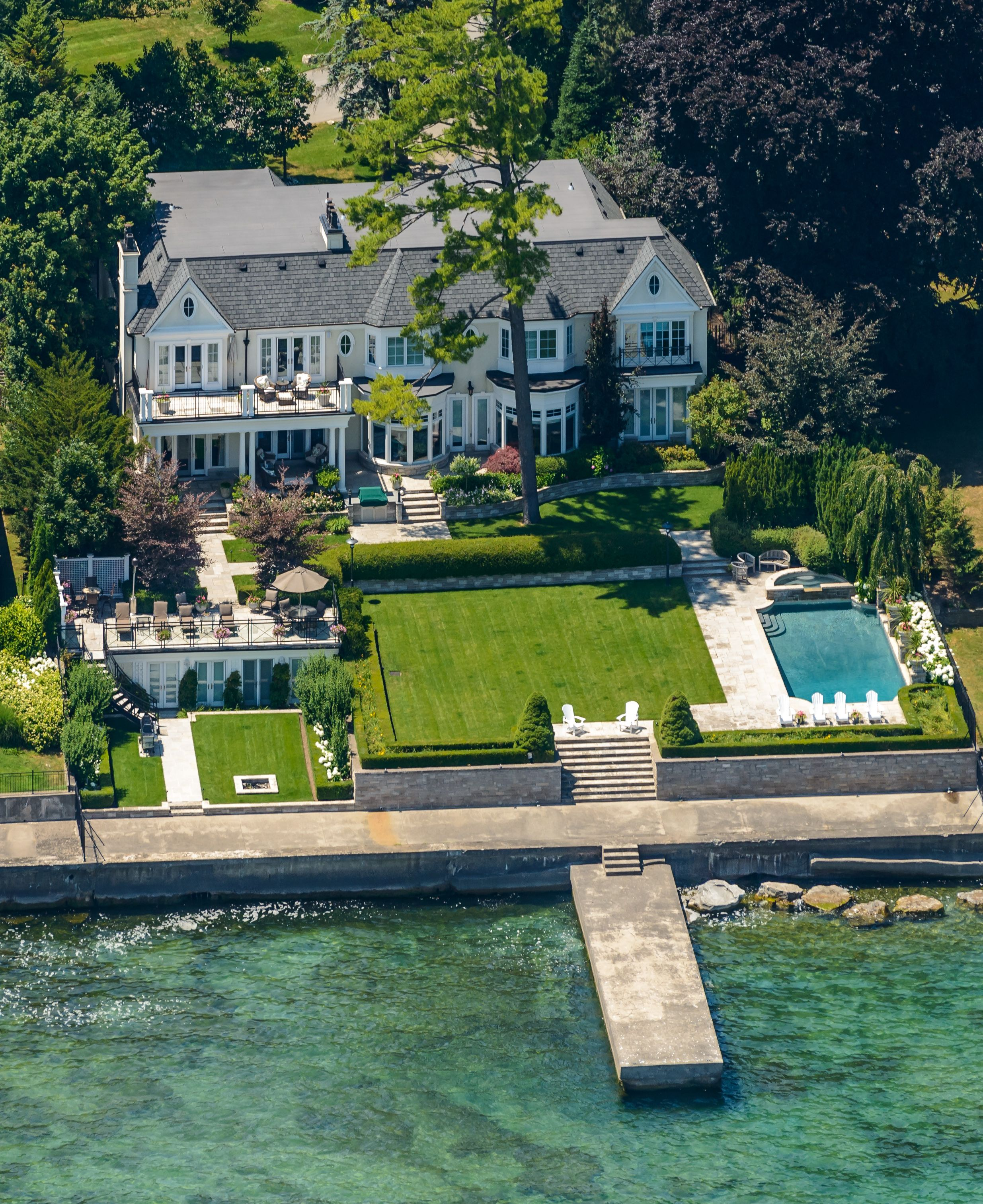 Luxury Waterfront Homes: Magnificent Lakefront Property