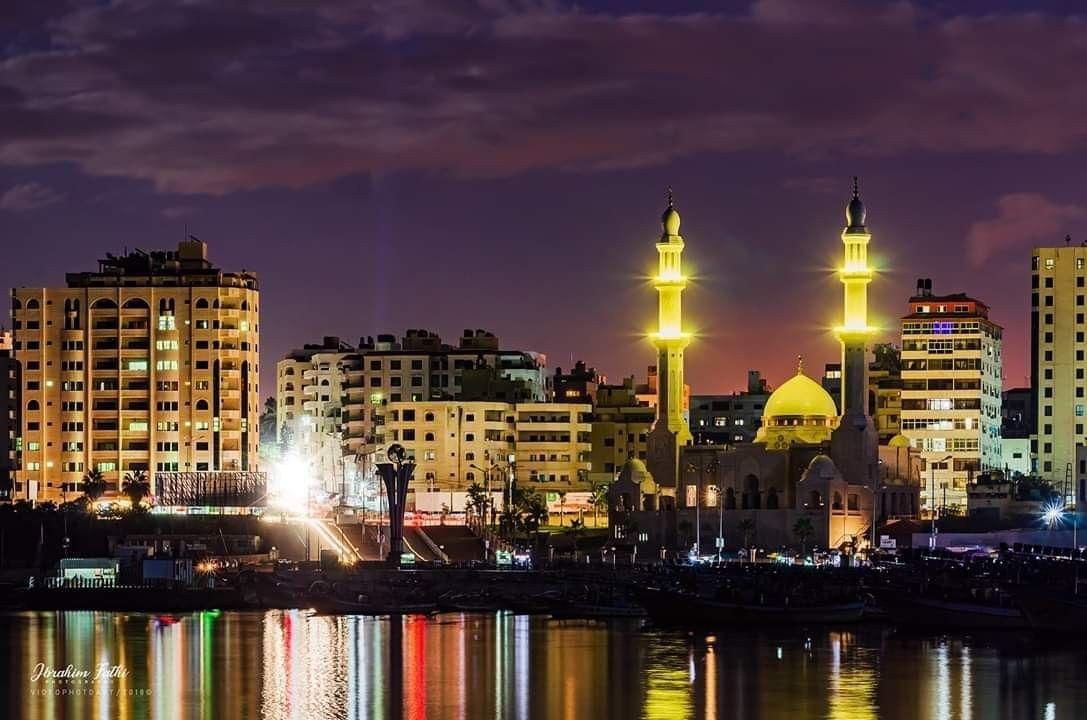 صورة مسجد الحساينة غرب مدينة غزة ليلا San Francisco Skyline New York Skyline Skyline