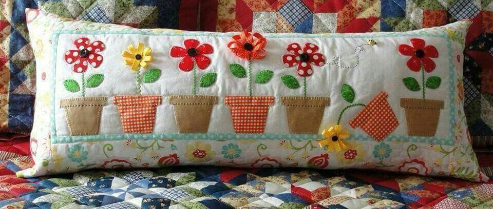 Coj n con aplicaci n de tiestos con flores de distintas - Tela para colchas ...