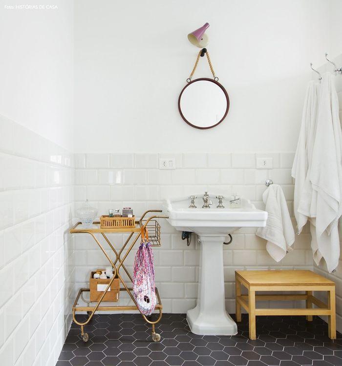Vintage Badezimmer, Holzmöbel, Retro Spiegel, schwarze und weiße ...