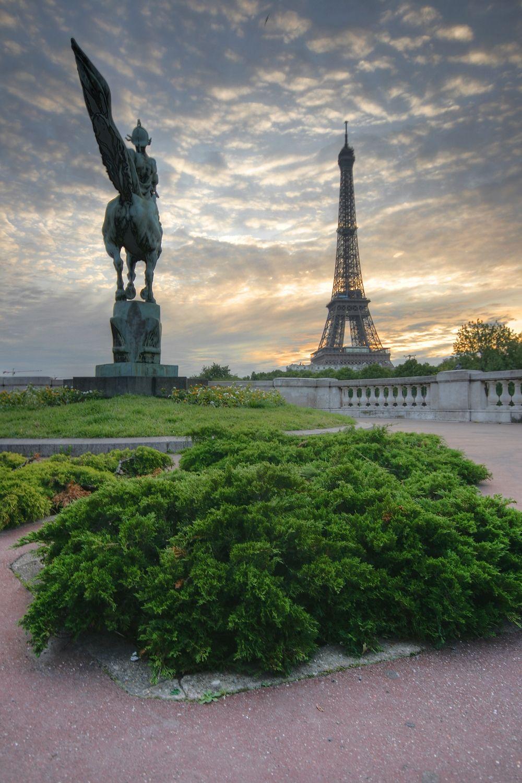 """Pont de Bir-Hakeim - Statue """"La France Renaissante"""" - Tour Eiffel"""