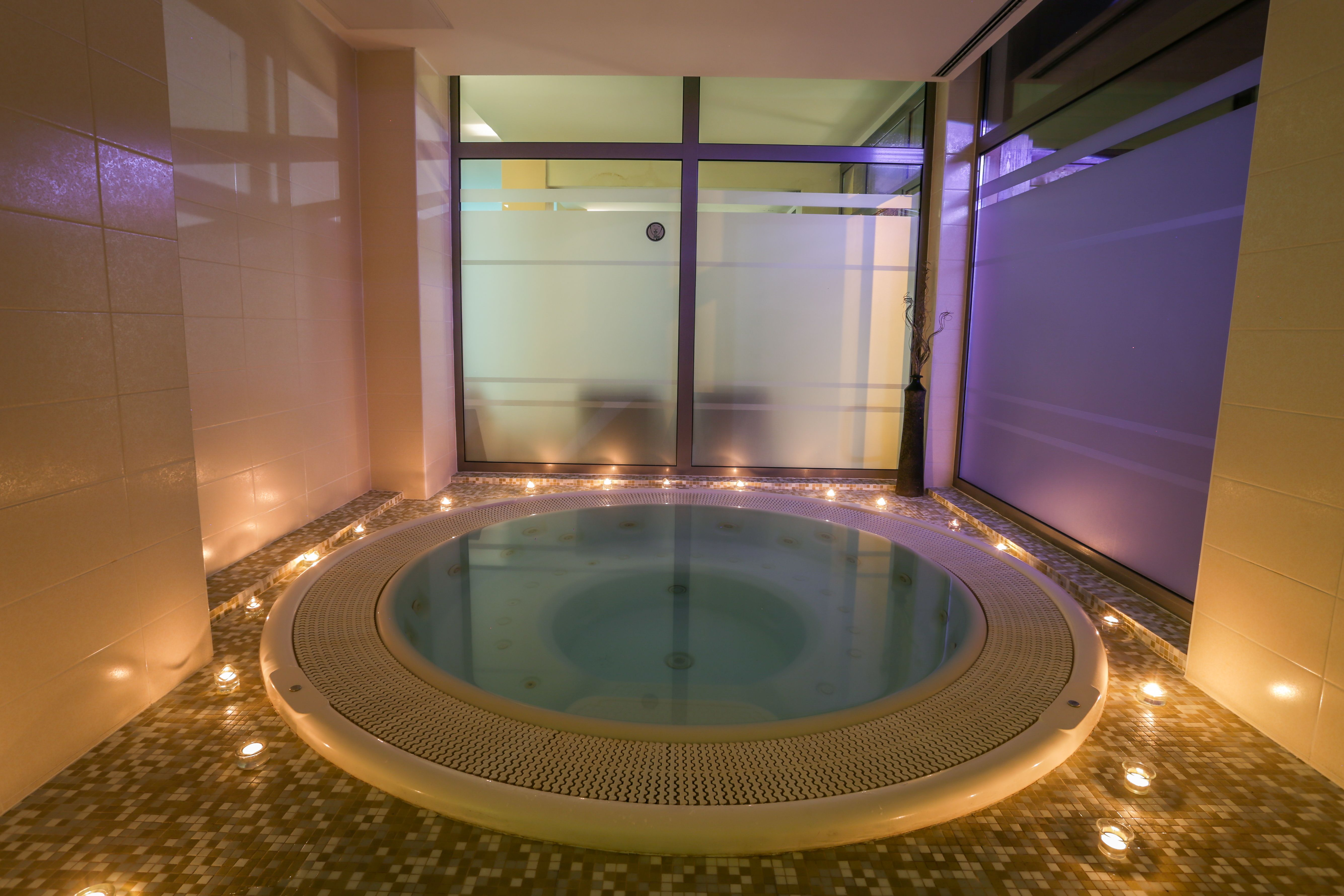 Wellness Za Dvoje Da Bi Vas Odmor Bio Potpun Na Usluzi Vam Stoji Strucno Osoblje Spa Wellness Centra Uz Koristenje Bazena Hotel Corner Bathtub Bathtub