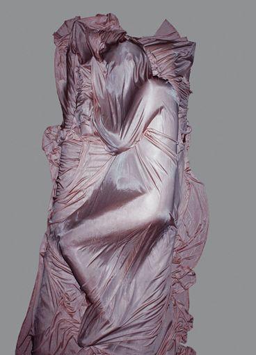 Alexandra Gneissl verbindet in ihrer Photographie performative und skulpturale Aspekte des Körpers mit den Strategien der Mimikry. Der natürliche Bewegungsfluss und das den Körper umhüllende und schützende Gewebe, werden mithilfe inszenierter Bildverfahren zu eingefrorenen Momentaufnahmen. Geradezu ikonenhaft scheint ein jahrhundertealtes Wissen über die Wahrheit und Verletzlichkeit des Körperlichen gespeichert und gesichert.