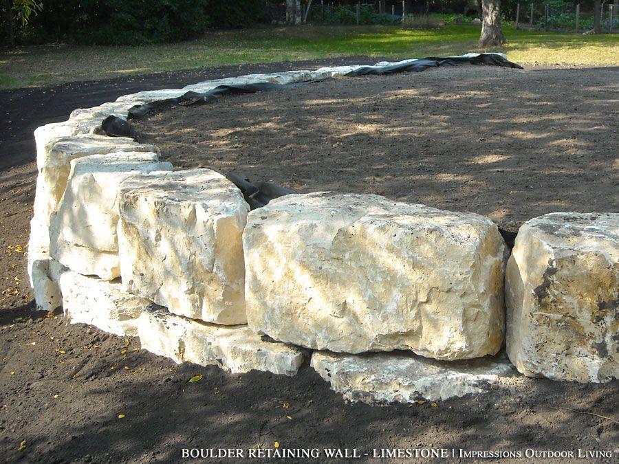Boulder retaining wall limestone retaining walls for Idee terrassement