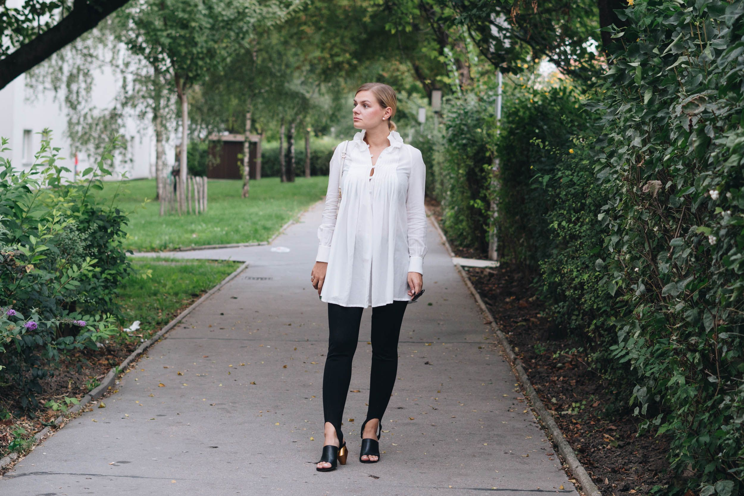 76f61d7fe7164 BlackAndWhite Outfit in weißer Tunkia-Bluse von Lineight