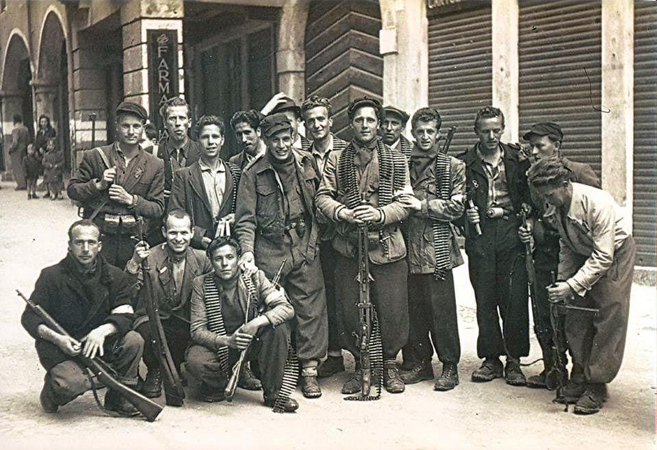 """Schio. Partigiani della Brigata """"La Pasubiana"""" assieme al comandante di distaccamento Franco Dal Medico """""""