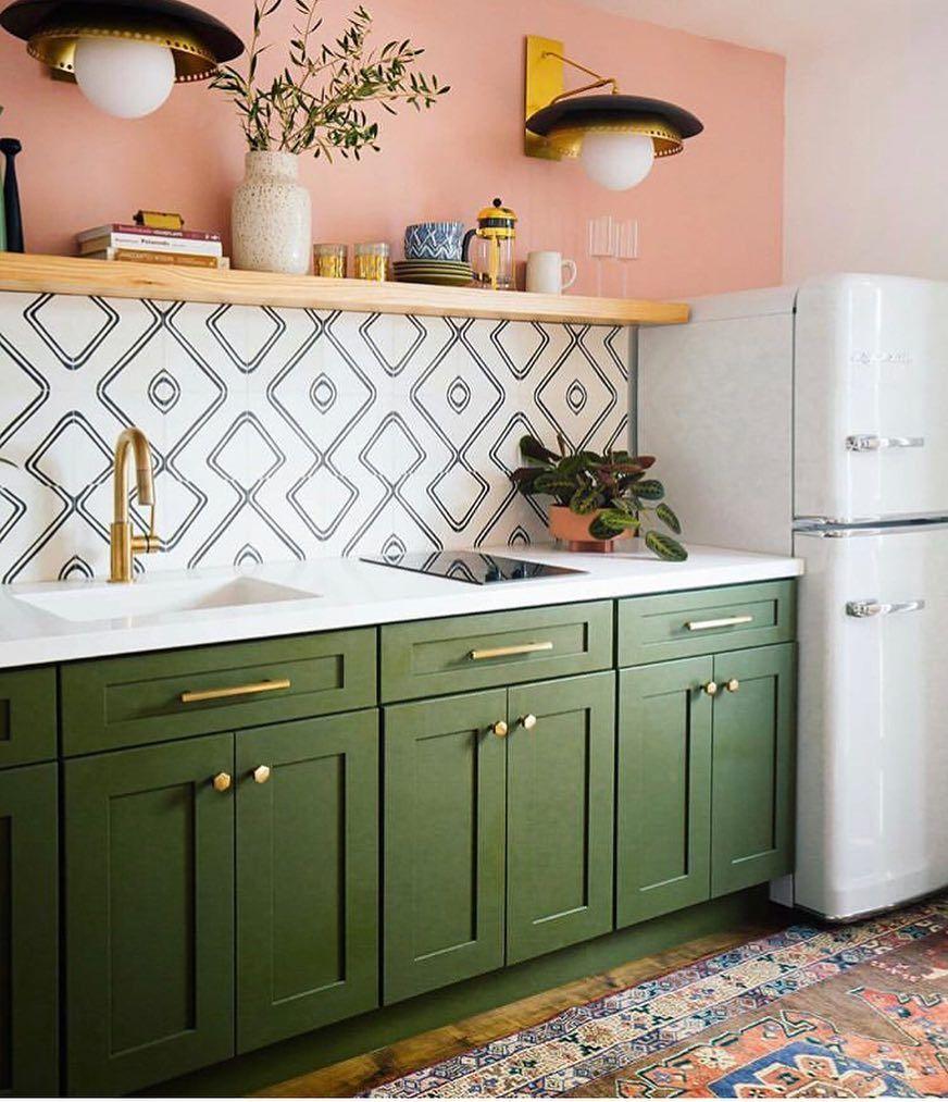 Pretty retro kitchen #darkgreenkitchen