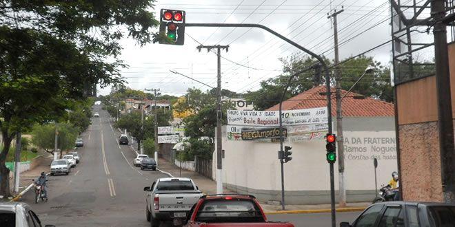 Metade dos Sinaleiros de Jacarezinho estão com problema. - http://projac.com.br/noticias/metade-sinaleiros-jacarezinho-estao-problema.html