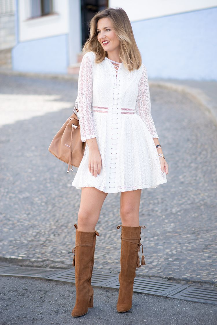 d6a2765d8 UBRIQUE – Mi Aventura Con La Moda. White lace-up guipur dress+camel  knie-high suede boots with tassels+camel bucket bag. Fall Transitional  Outfit 2016