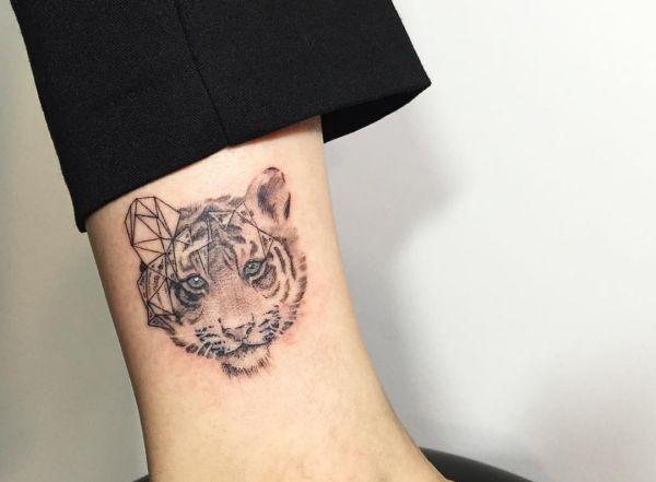 Tiger Tattoo Seine Bedeutung Und 30 Tolle Design Ideen Tiger Tattoo Design Tiger Tattoo Small Tiger Tattoo