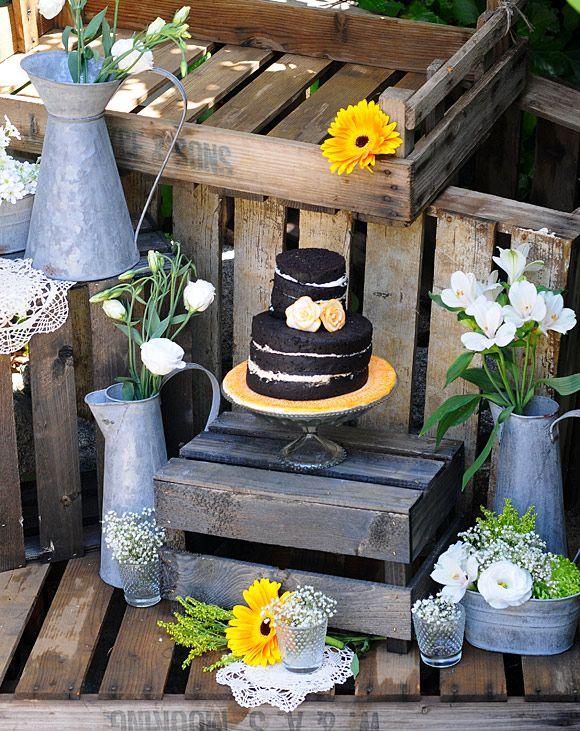 Inspiración para colocar la tarta en una boda rústica. cajas de madera y  regaderas de zinc 7a3233234eb
