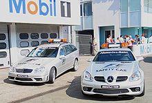 Les voitures de sécurité et d'assistance médicale.