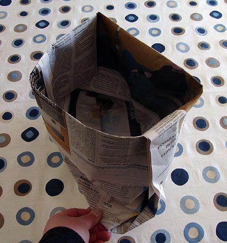 Folded garbage bag tutorial. Text in Finnish but with good pictures. Tarinoita punaisen katon alta: Ekoilua: 3 biojätepussia sanomalehdestä taittelemalla