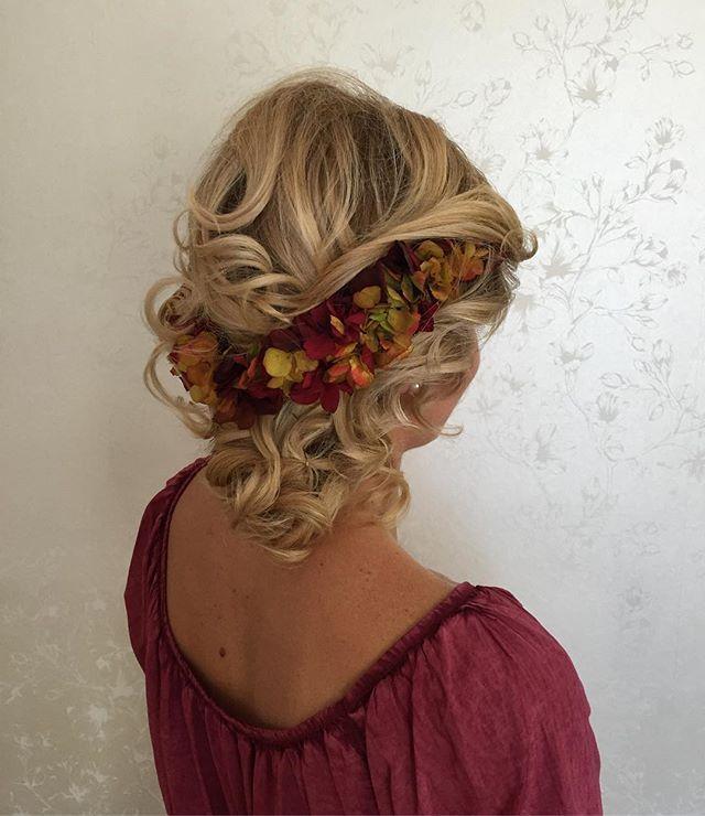 Tienes boda o algun acontecimiento❓ Desde #PeluqueriaNati y Cultura De Flor @culturadeflor te damos una propuesta 👑 🌸 #Wedding #WeddingHair #Flowers #Corona #CoronasDeFlores #Hidrolizadas 🔝🔝🔝