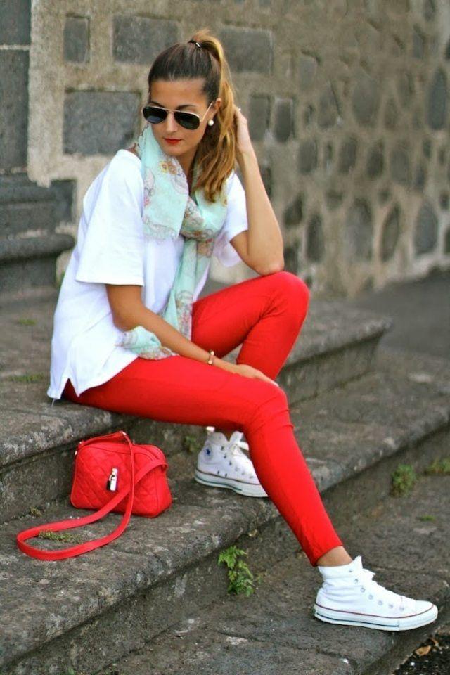 sneakers blancs et un pantalon slim rouge combinés avec une écharpe pastel