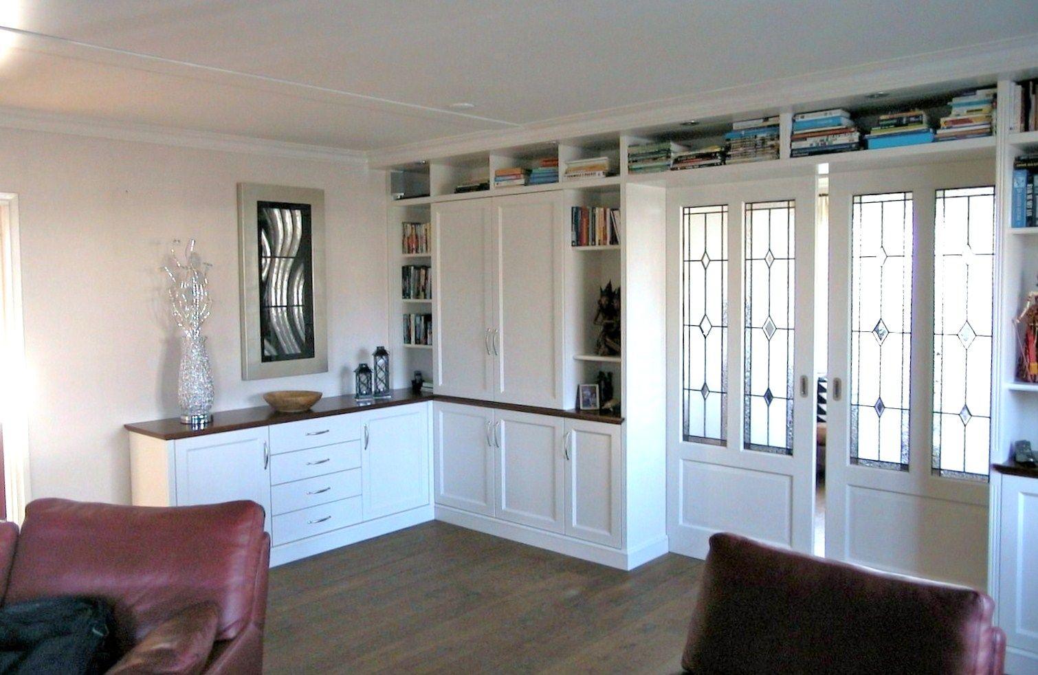 Kamer en suite met ensuite deuren en dressoir in engelse stijl
