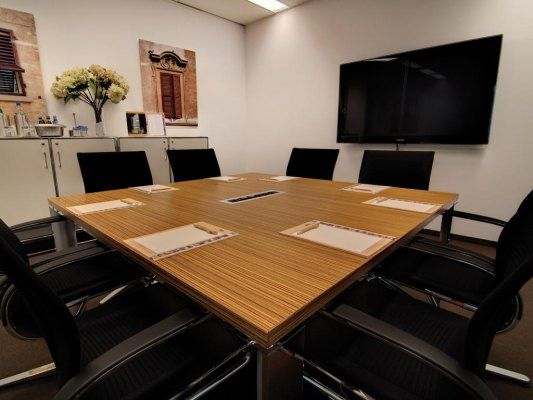 Konferenzraum S  Ausstattung:  - Beamer und Flipchart im Raumpreis inbegriffen  - Getränke und Catering auf Wunsch in einer Pauschale oder einzeln erhältlich  - kostenfreies WLAN  - Empfang vorhanden  - Küche/Aufenthaltsraum vorhanden  - Aufzüge vorhanden  - Videokonferenzen bis 8 Personen