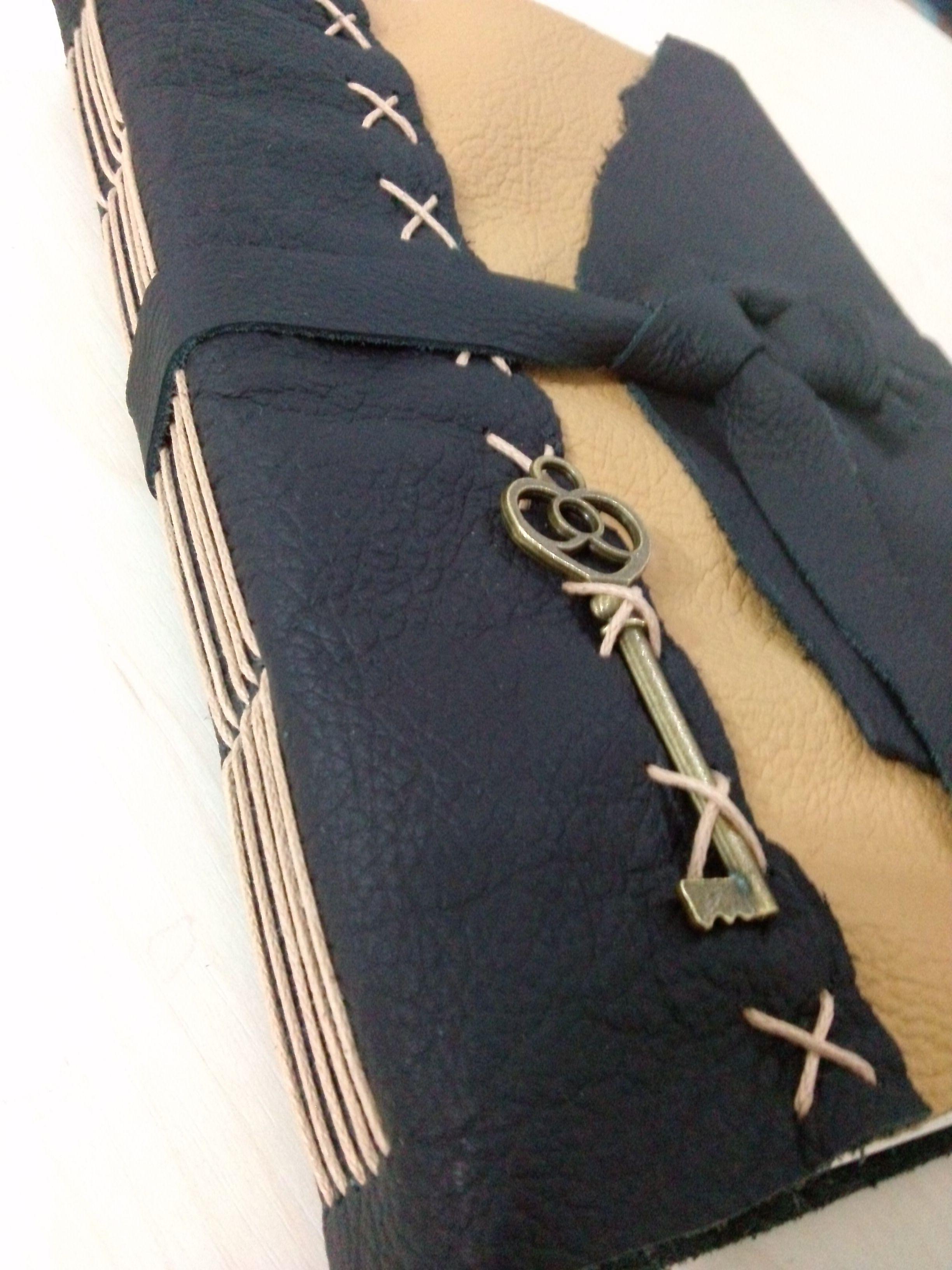 Diário feito em couro legítimo: preto e caramelo, detalhe do enfeite chave de metal, costura longstitch, tira de amarrar em couro preto. costuras na capa dando mais charme no modelo.