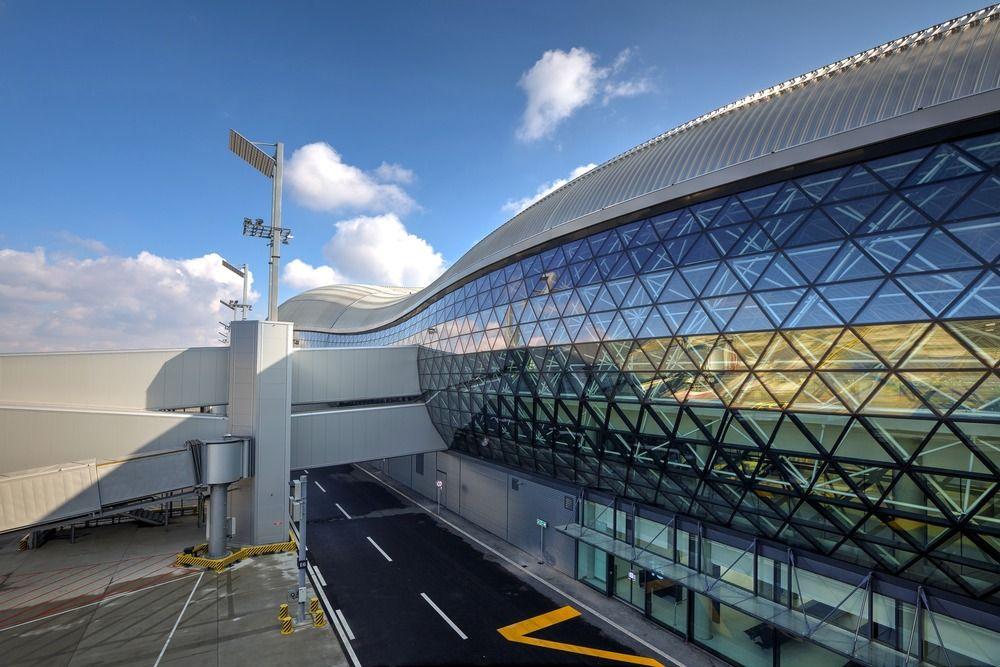 Nuevo Terminal De Pasajeros Aeropuerto Internacional Franjo Tuđman De Zagreb Arquitectura En Acer Arquitectura En Acero Arquitectura Aeropuerto Internacional