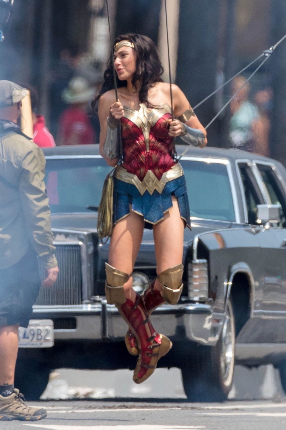 30 Fantastic Wonder Woman 1984 Behind The Scenes Photos That Will Make Fans Fall In Love With Her Again Gal Gadot Wonder Woman Wonder Woman Movie Wonder Woman