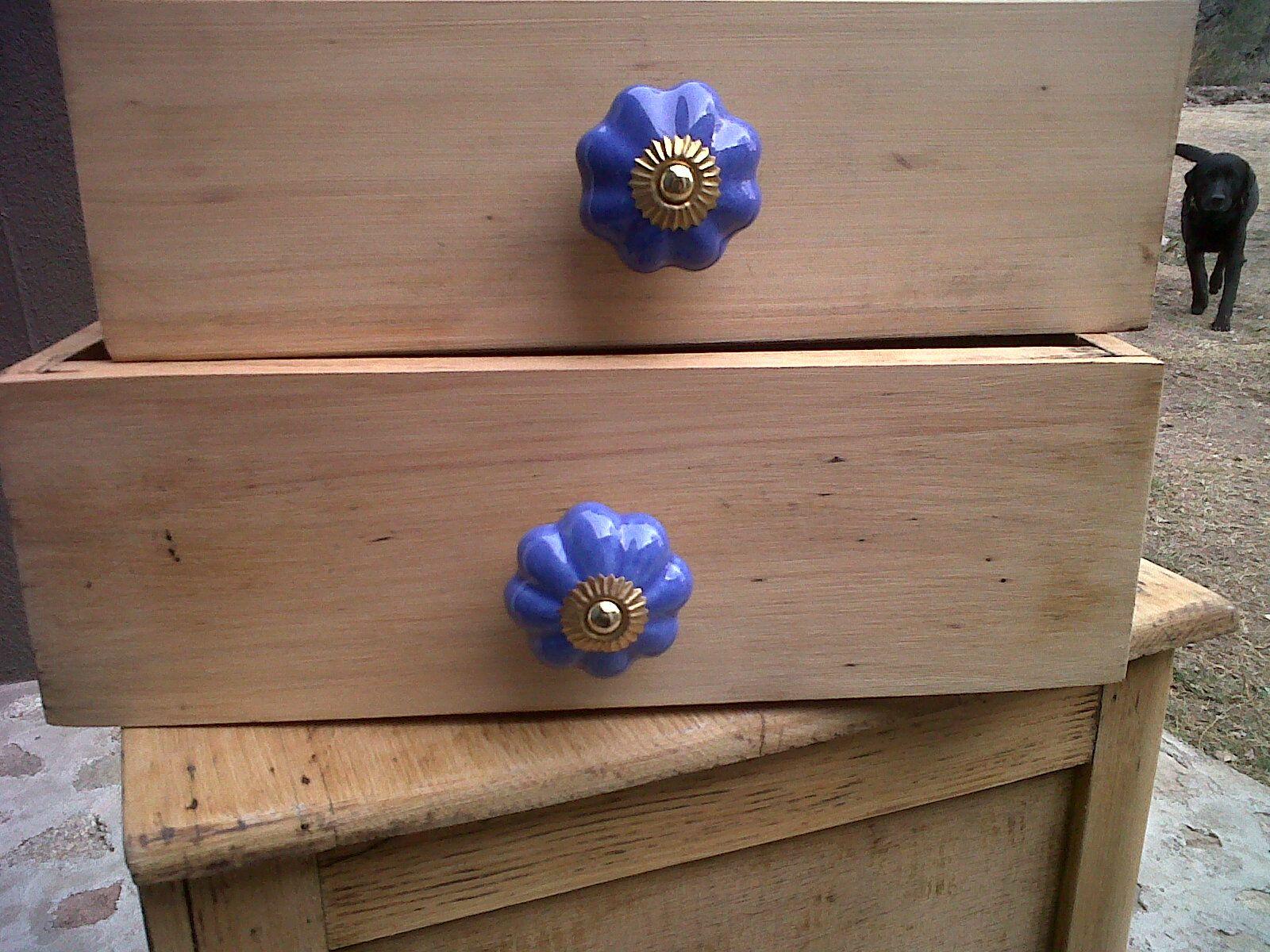 Mesa de luz reciclada con tiradores de ceramica | ceramica ...