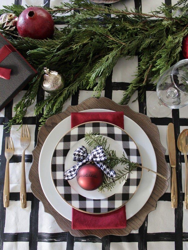 Weihnachtsdeko Auf Teller.Teller Weihnachtlich Dekorieren Tannengrün Christbaumkugel Rot