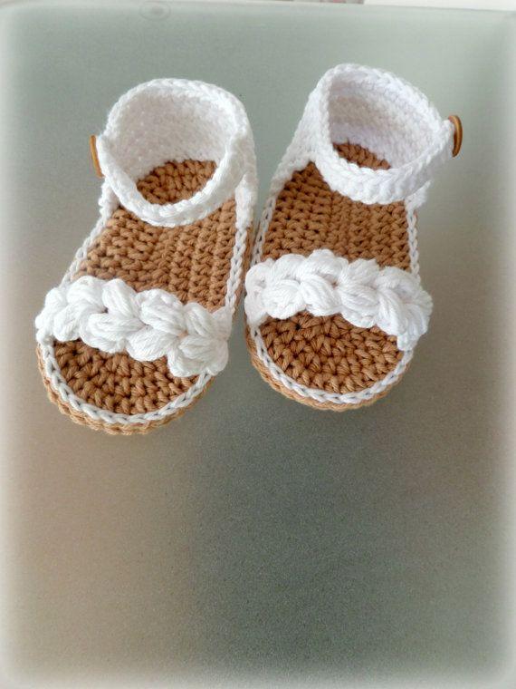 LISTO PARA ENVIAR! Ganchillo zapatos de bebé con hilo de algodón 100% en combinación de color blanco y beige. Zapatos sujetan con un hermoso botón. Perfecto para una ocasión especial. Ideal como regalo o uso a diario. Tamaño: 10,5 cm o 6-9 meses Envío a nivel mundial con registro de correo (con número de seguimiento). Gracias por mirar < 3