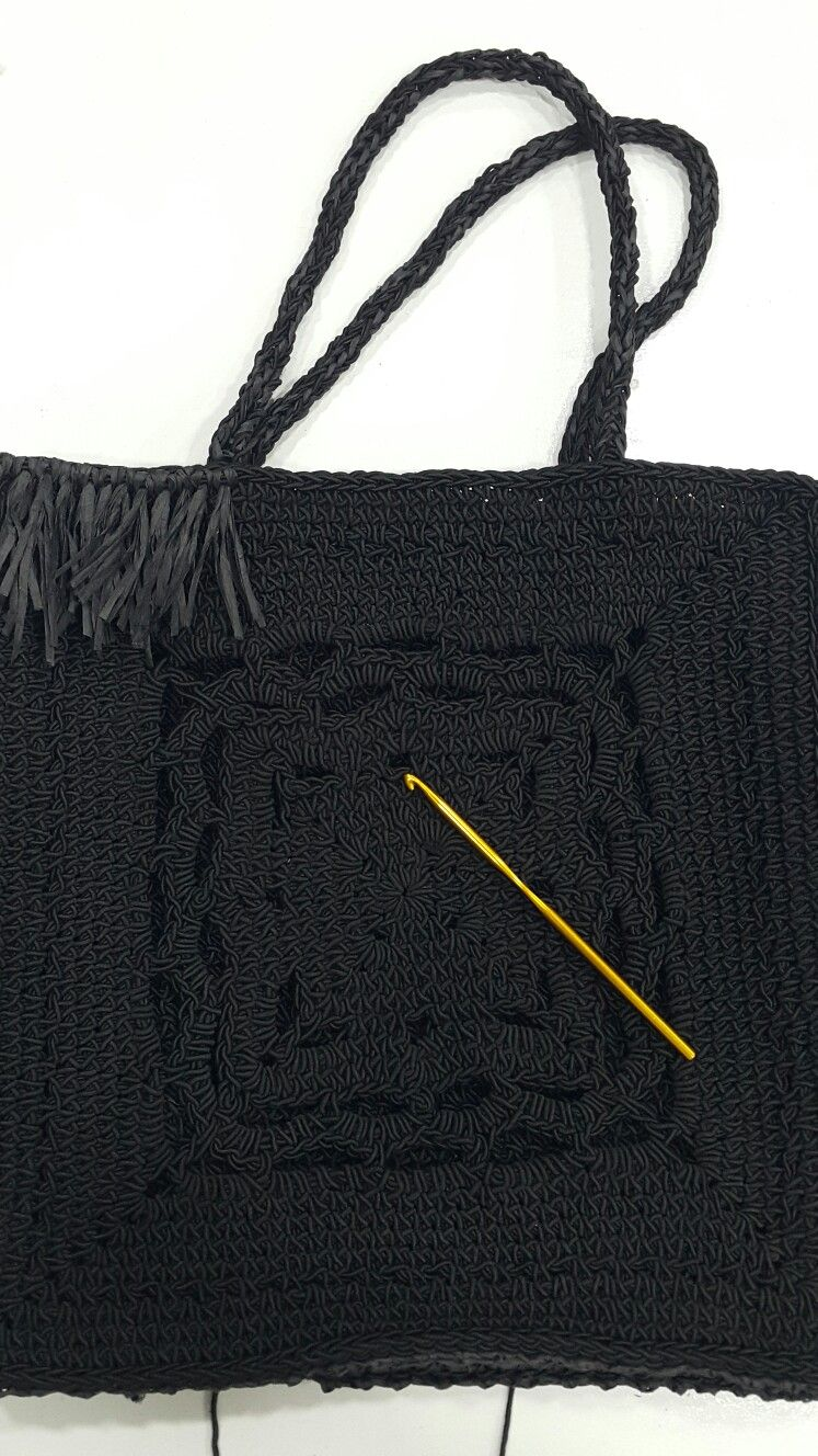 Handmade handbags produced by Karma. #Handbagdesign #fashionhandbag #womanhandbag #raffiabags #knittedbags #designbags #elyapimicanta #siyahcanta #rafyacanta #eluretimicanta #tasarimcanta #modacanta