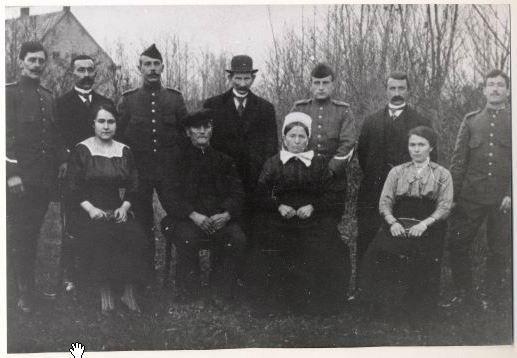 Groepsportret van het bruidspaar Staeltiens-Klemans met gezin ter gelegenheid van hun 35-jarig huwelijksfeest. In de familie diverse militairen (foto is gemaakt tijdens de oorlogsjaren 1914-1918) en bruid draagt Brabantse muts. 1915 Prinsenbeek #NoordBrabant #Breda