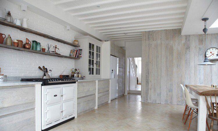 cuisine et salle manger 2 en 1 avec un dcor de style campagne chic un mur de brique blanche et un lambris bois blanc