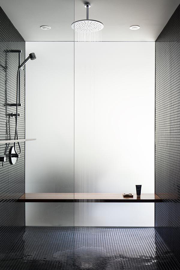 wood bench, black tile Bathrooms Pinterest Douches, Derriere