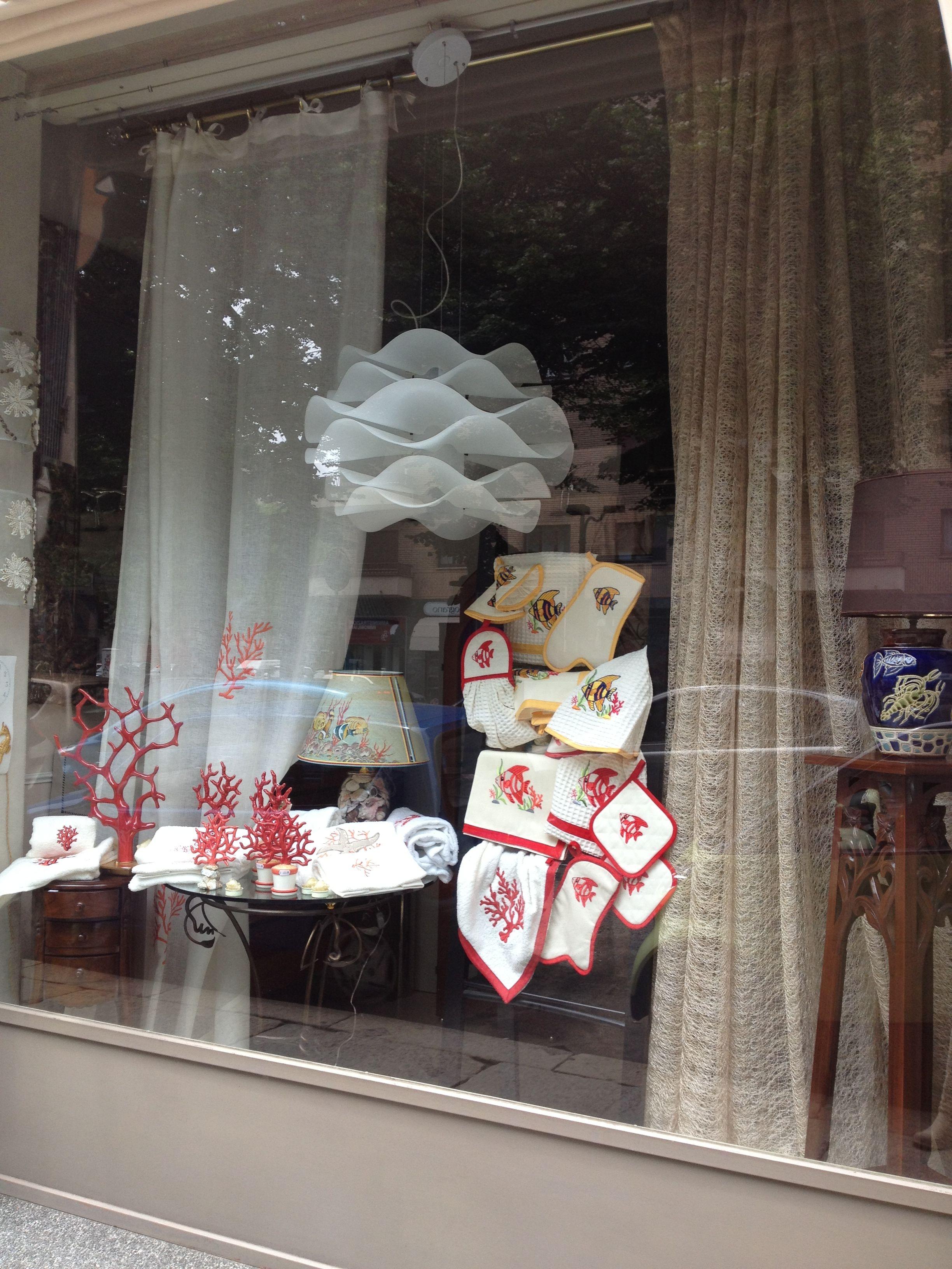 Vetrina con asciugamani canovacci e presine per cucina ricamati lavori artigianali home - Vetrina per cucina ...