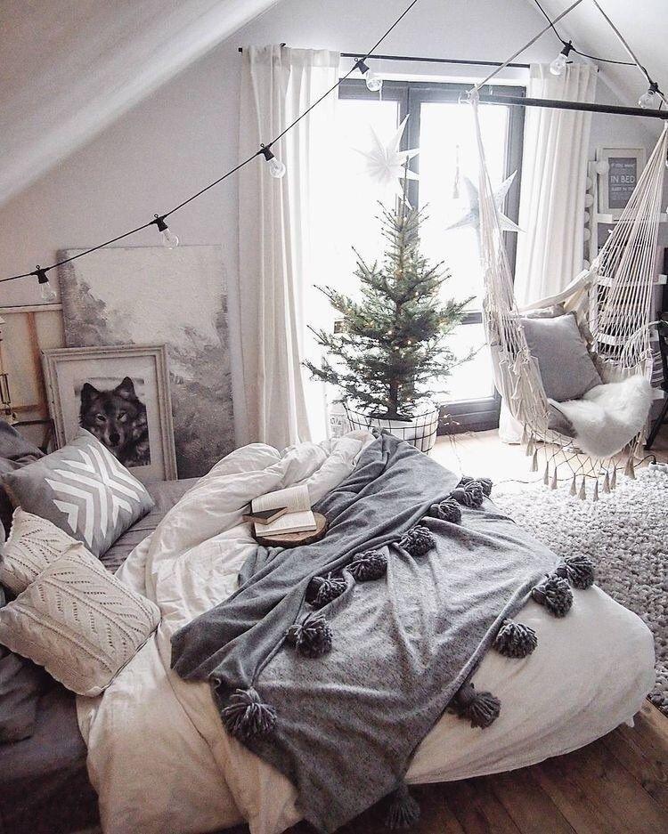 Linge de lit gris et blanc   guirlande lumière   étoile accrochée à