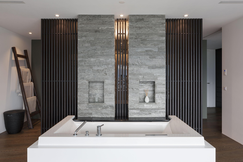 Badezimmer Mit Präzisionsmauerwerk Aus Valser Quarzit, Gespalten