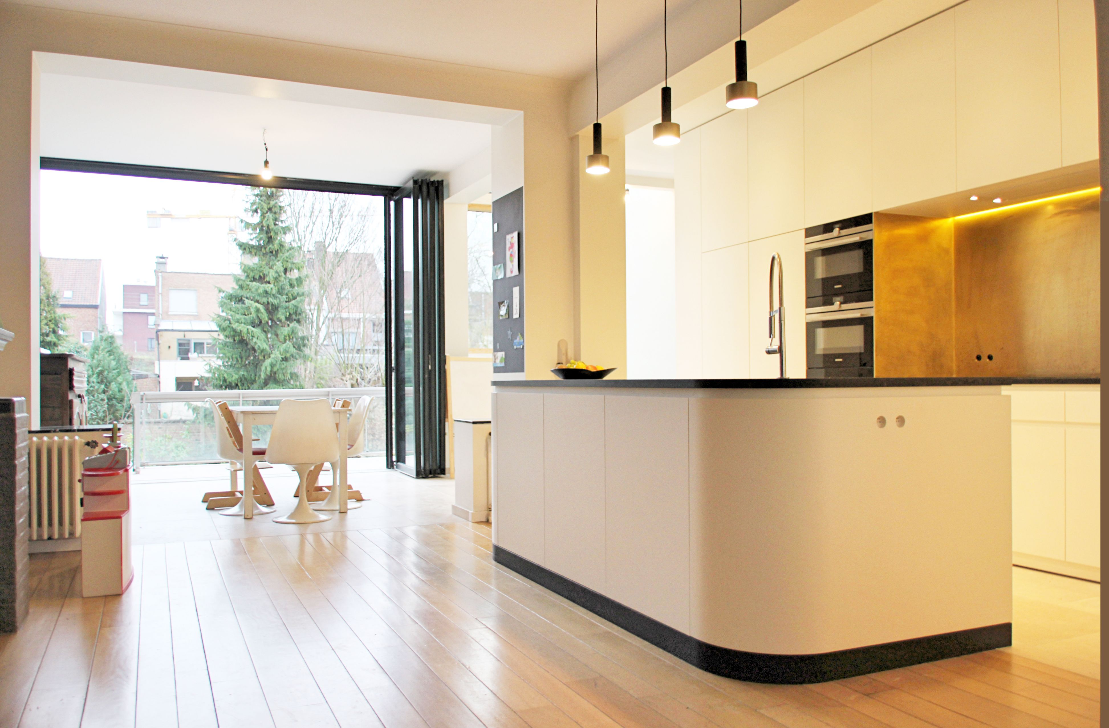 Interieur open keuken renovatie messing eik parket siemens