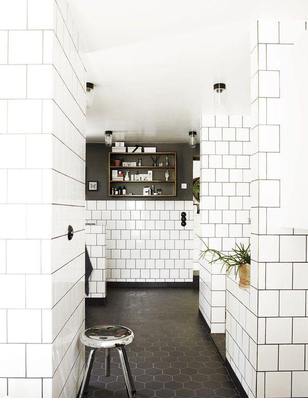 tuiles blanches carr es d cal es sur les murs et tuiles fonc es nid d 39 abeille sur le plancher. Black Bedroom Furniture Sets. Home Design Ideas