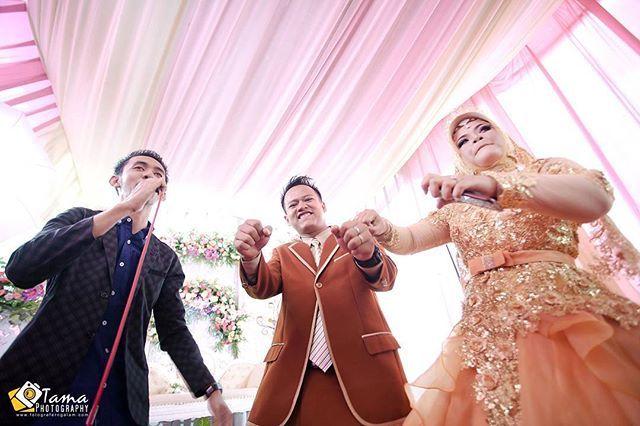 """karena pose formal sudah terlalu mainstream. yuk foto candid bareng kita 😁😅😂 .  fron the wedding Indra ❤ Sari (Banyuwangi) . . photo by: @bagusyogatama . . .  Capture your precious moment with us 😊 . . for more info n reserv: ☎Line/WA: 085791126328 😊 . . 📨info.tamaphoto@gmail.com . . www.fotograferngalam.com . ----------------------------------------------------------------------#candidmoment…"