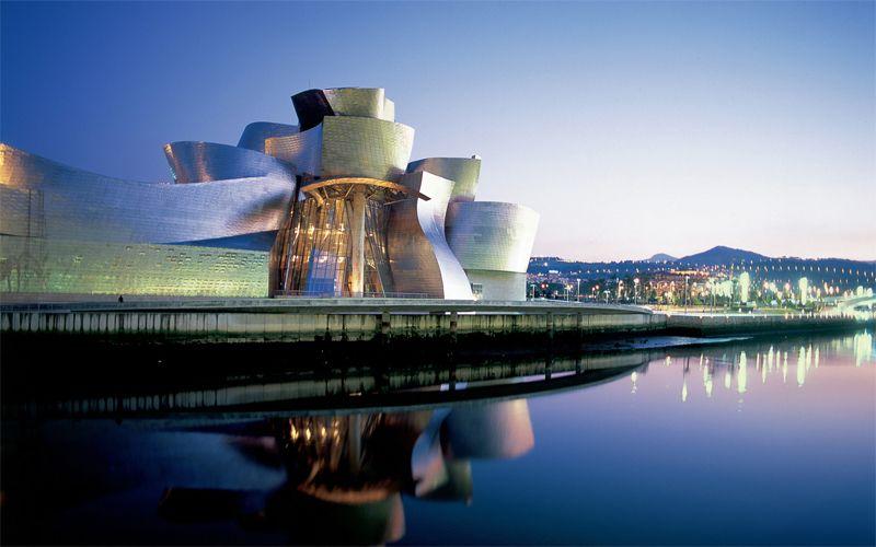 Guggenheim, Bilbao. Een klassieker die niet meer zo choquerend is dan weleer, maar nog steeds toont hoe kunst en architectuur verweven kunnen zijn