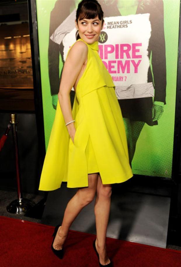 Olga Kurylenko, de Vampires Academy, en la premiere eligió un modelo amarillo.  /Archivo