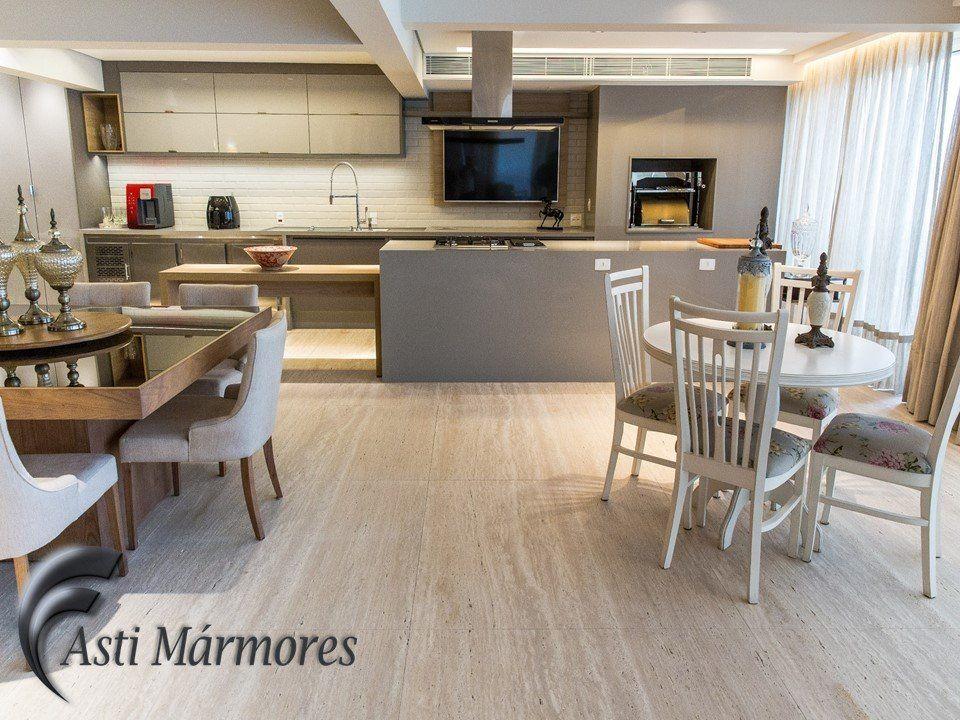 Sala estar integrada ao espa o gourmet piso travertino for Pisos de travertino rustico