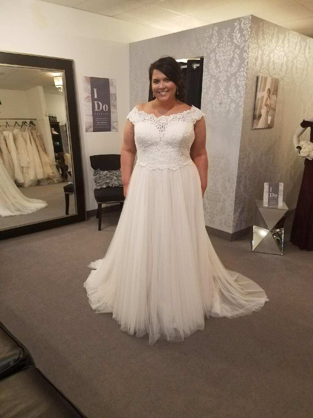 Plus Size Wedding Dress Wedding Dress Lace Off The Shoulder Wedding Gown Curvy Bride Plus Size Wedding Gowns Wedding Gown Accessories Plus Size Wedding [ 1600 x 1200 Pixel ]