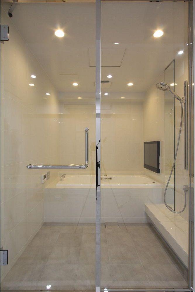 バスルームはnikkoのオーダーメイド 32型のテレビとjaxonのバスタブに