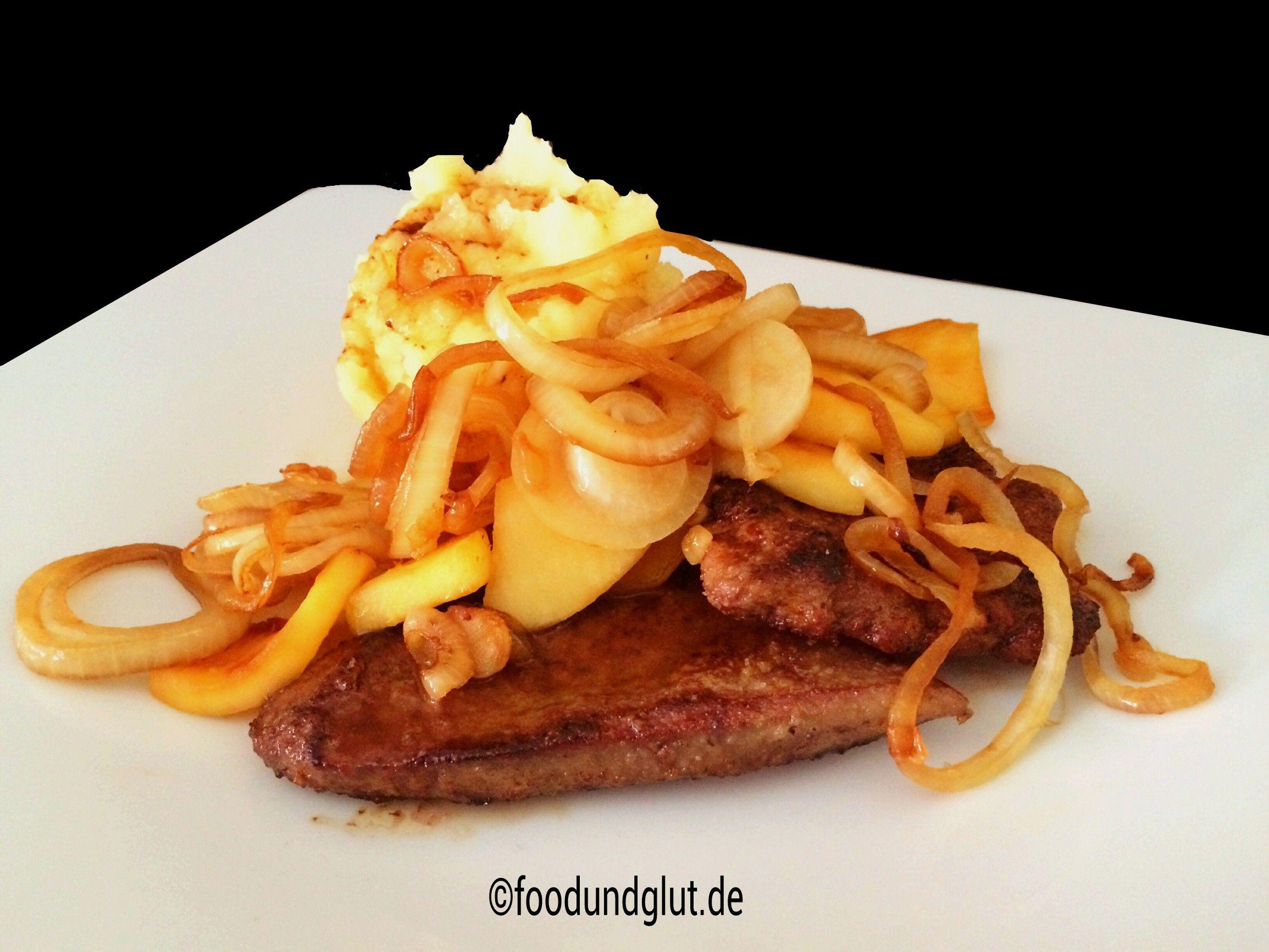 Gebratene Kalbsleber mit Zwiebeln, Äpfeln und Kartoffelpüree ein typisches Berliner Gasthaus Gericht