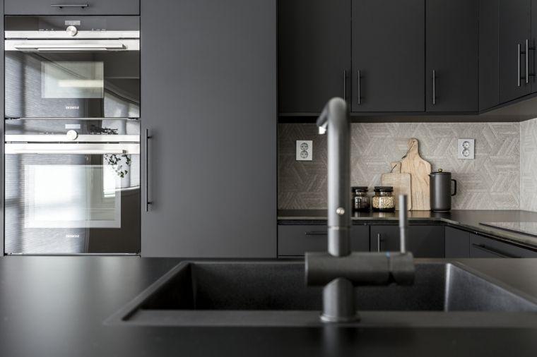 Cucina dal design moderno con superfici di colore nero ed ...